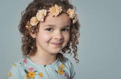 Ragazza con capelli ricci che indossano fascia floreale fotografie stock