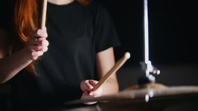 Ragazza con capelli rossi che giocano i tamburi stock footage