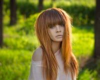 Ragazza con capelli rossi nella foresta Fotografie Stock Libere da Diritti