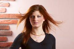 Ragazza con capelli rossi scorrenti Immagini Stock
