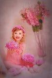 Ragazza con capelli rossi in un vestito rosa e con i fiori Immagini Stock