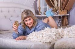 Ragazza con due bicchieri di vino Fotografia Stock