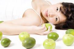 Ragazza con frutta 1 immagine stock