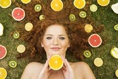 Ragazza con frutta Immagini Stock Libere da Diritti