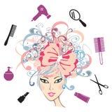Ragazza con gli accessori floreali di lavoro di parrucchiere e dei capelli Fotografia Stock