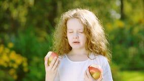Ragazza con gli occhi delle mele nel giardino di autunno stock footage