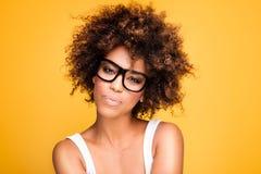 Ragazza con gli occhiali d'uso di afro, ritratto Immagini Stock Libere da Diritti