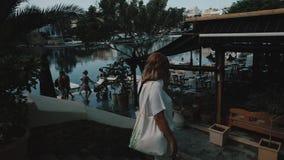 Ragazza con gli occhiali da sole che cammina sulla via della città sulle vacanze Viaggio e turismo nei bei posti su Creta, Grecia archivi video