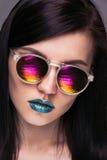 Ragazza con gli occhiali da sole luminosi Fotografie Stock