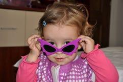 Ragazza con gli occhiali da sole porpora Fotografia Stock