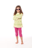 Ragazza con gli occhiali da sole sopra fotografia stock libera da diritti