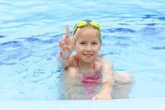 Ragazza con gli occhiali di protezione nella piscina Fotografie Stock