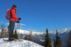 Ragazza con gli snowshoes Immagine Stock