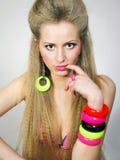 Ragazza con i capelli giusti lunghi in braccialetti luminosi Immagini Stock Libere da Diritti
