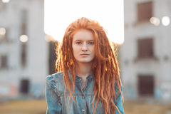 Ragazza con i dreadlocks all'aperto Fotografie Stock