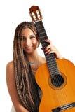 Ragazza con i dreadlocks capelli e chitarra Fotografie Stock Libere da Diritti
