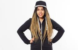 Ragazza con i dreadlocks che indossano spazio in bianco e maglia con cappuccio e berretto nero lunghi di grande misura Ritratto d fotografia stock