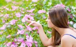 Ragazza con i fiori Fotografia Stock