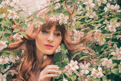 Ragazza con i fiori bianchi Fotografie Stock Libere da Diritti