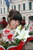 Ragazza con i fiori del mazzo Immagini Stock Libere da Diritti