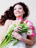 Ragazza con i fiori del tulipano Fotografie Stock Libere da Diritti