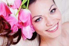 Ragazza con i fiori del tulipano Fotografia Stock