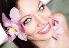 Ragazza con i fiori dell'orchidea in capelli Fotografie Stock Libere da Diritti