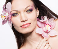 Ragazza con i fiori dell'orchidea in capelli Fotografia Stock Libera da Diritti