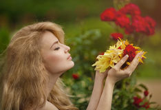 Ragazza con i fiori a disposizione Fotografie Stock