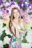 Ragazza con i fiori su lei capa. Fotografie Stock