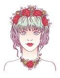 Ragazza con i fiori in suoi capelli viola ricci Immagine Stock
