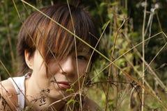 Ragazza con i fogli di autunno Fotografie Stock