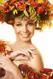 Ragazza con i fogli di autunno immagine stock