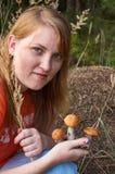 Ragazza con i funghi Fotografia Stock