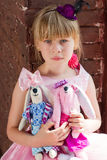 Ragazza con i giocattoli casalinghi Fotografia Stock Libera da Diritti