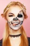 Ragazza con i gocciolamenti sul fronte per Halloween Fotografia Stock
