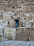 Ragazza con i grandi blocchetti della piramide Fotografia Stock Libera da Diritti
