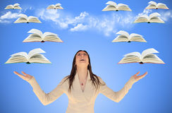 Ragazza con i libri ed il cielo di volo Fotografie Stock Libere da Diritti
