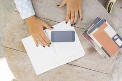 Ragazza con i libri, il diario ed il telefono cellulare Immagini Stock Libere da Diritti