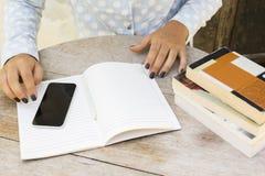 Ragazza con i libri, il telefono cellulare ed il diario Immagini Stock