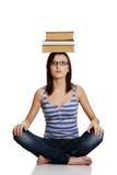 Ragazza con i libri sulla sua testa. Immagini Stock