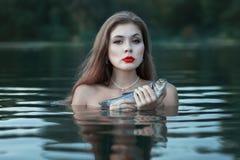 Ragazza con i pesci Fotografia Stock Libera da Diritti