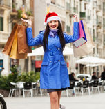 Ragazza con i sacchetti della spesa durante le vendite di Natale Fotografie Stock