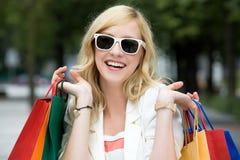 Ragazza con i sacchetti di acquisto Fotografie Stock Libere da Diritti