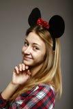 Ragazza con i sorrisi delle orecchie di mouse Immagini Stock Libere da Diritti