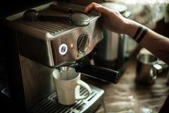 Ragazza con i tattos che producono caffè immagini stock libere da diritti