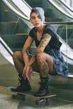 Ragazza con i tatuaggi Immagine Stock