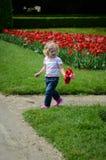 Ragazza con i tulipani immagine stock libera da diritti