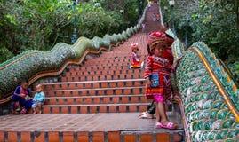 Ragazza con i vestiti tradizionali su Doi Suthep fotografia stock libera da diritti