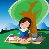 Ragazza con i vetri che legge un libro sotto l'albero con il suo cane Fotografia Stock